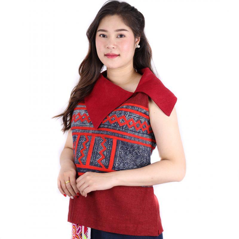 เสื้อคอปกแขนกุดแต่งลายเขียนเทียนม้งลาวแดงผ้าใยกัญชงสีแดง