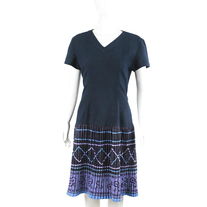 ชุดเดรสผ้าใยกัญชงสีน้ำเงินพลีทชายเดรสปักมือชาวเขา