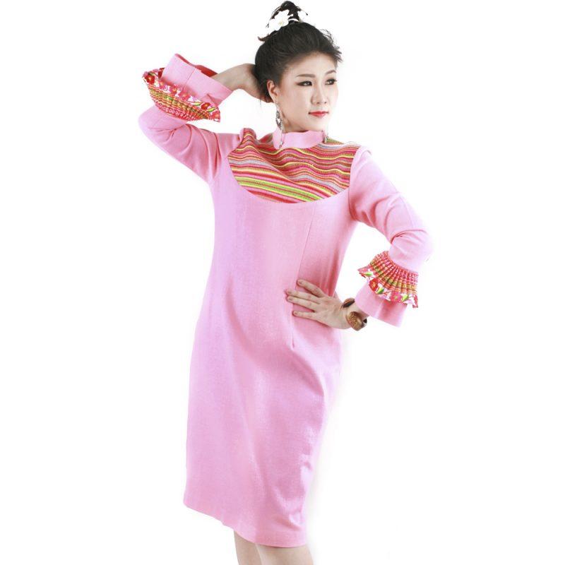ชุดเดรสผ้าใยกัญชงคอตั้งสีชมพูแต่งผ้าทอเส้นชาวเขาแขนระบาย